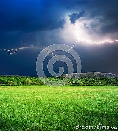 Tempestad de truenos en prado verde