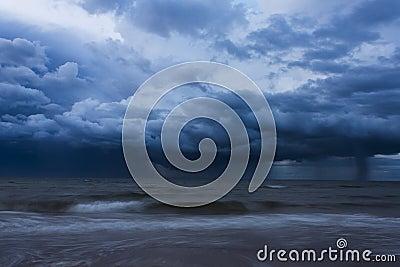 Tempestad de truenos sobre el océano