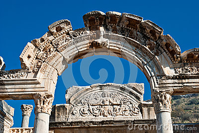 Templo de Hadrian en Ephesus (Efes) a partir del tiempo romano