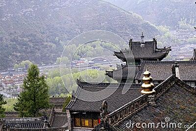 Templos antigos e cidade pequena