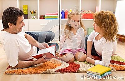 Tempo da história da família no quarto dos miúdos