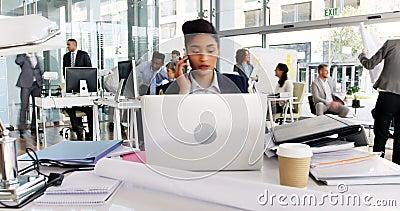 Tempo-lapso da mulher de negócios que come o café ao trabalhar na mesa video estoque