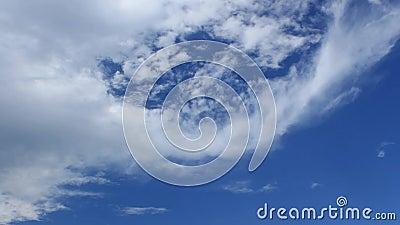 Temps-faute des cumulus blancs contre un ciel bleu profond banque de vidéos