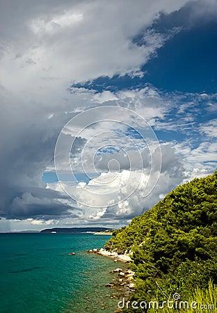 Temps orageux avec les nuages foncés