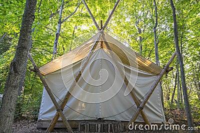 Tenda Di Campeggio Di Lusso Nel Legno Fotografia Stock ...