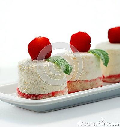 Tendresse de lait caillé sur des biscuits d air avec une fraise