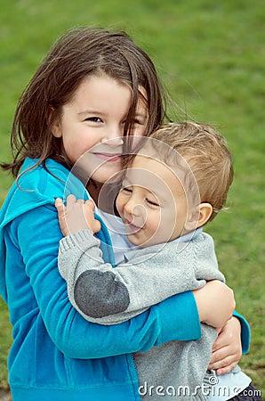 Tenerezza della sorella e del fratello