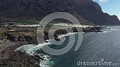 Tenerife, une plage noire de sable volcanique sur fond de montagne Océan Atlantique banque de vidéos