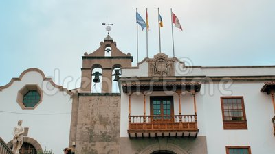 Teneriffa, Kanarische Inseln, Spanien - Januar 2019: Mittelalterliches Gebäude mit Fahnen und Glockenturm in Spain Holzschnitzel stock video