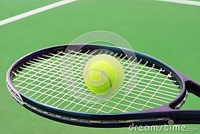 Tennisracket med bollen
