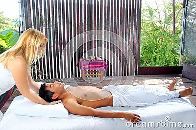 Terapia sacra craneal del masaje en cabina de la selva