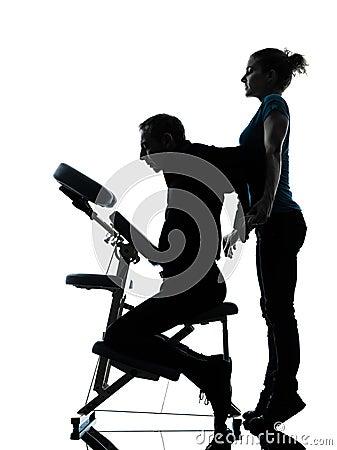 Terapia traseira da massagem com cadeira