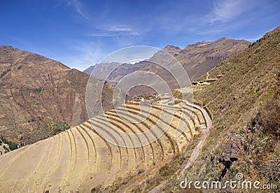 Terassenförmig angelegte Steinmetzarbeit des alten Inkas