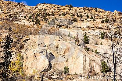 Terrain coloré et rocheux