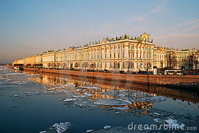 Terraplenagem do palácio no por do sol. St Petersburg