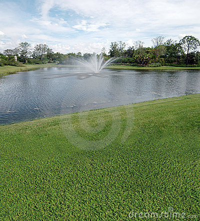 Terreno da golf con le viste del lago