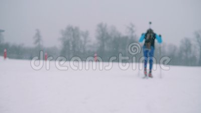 Terreno nevado com um atleta de esqui da senhora filme