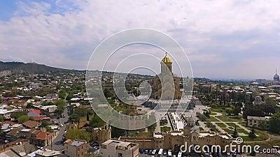Território enorme da catedral da trindade santamente em Tbilisi, santuário cristão famoso filme