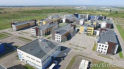 Territorio del rilevamento aereo della fabbrica moderna con molte belle costruzioni Quadrocopters spara il video, sorvolare video d archivio