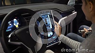 Tesla modela X elektryczny samochód Kobieta kosztuje pojazdu nowe funkcje zbiory