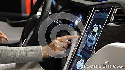 Tesla modela X elektryczny samochód Kobieta kosztuje pojazdu nowe funkcje zbiory wideo