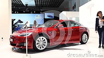 Tesla modellieren S 75D alle, die elektrisch sind, Luxus, liftback Auto stock video footage