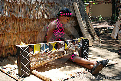 Tessuto della donna dello zulu (Sudafrica) Fotografia Editoriale