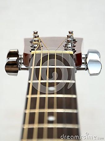 Testa motrice classica della chitarra acustica: spine, tasti