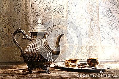 Tetera y bandeja de plata viejas de los accesorios de la porción del té