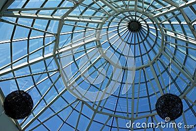 Teto de vidro e de aço com decorações