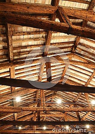 Tetto ristabilito con i fasci di legno e le lampade for Stili tetto tetto