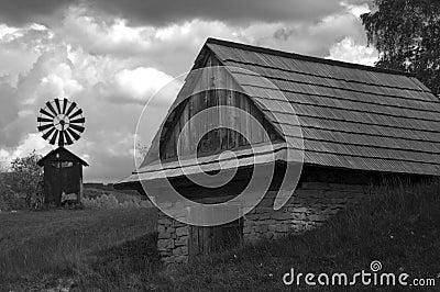 Tettoia con un mulino a vento del ferro in bianco e nero for Cabina del mulino del dennis