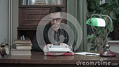 Tevreden schrijver die in glazen typend een ander hoofdstuk van zijn boek eindigen stock footage