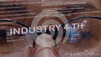 4. Text der Industrie auf weiblichem Softwareentwickler stock video