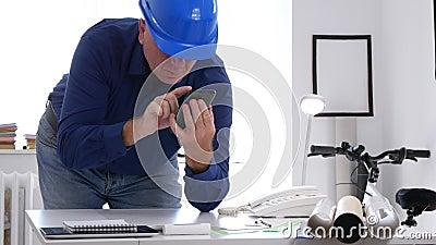 Texto del ingeniero en la escritura del teléfono móvil en problemas técnicos de un correo electrónico metrajes