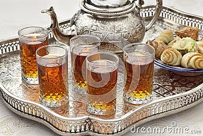 Thé marocain avec des biscuits