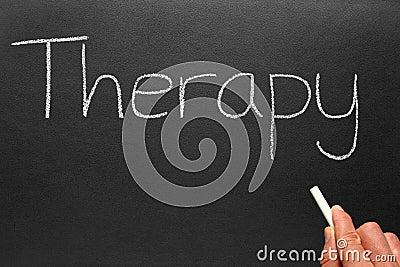Thérapie, écrite sur un tableau noir.