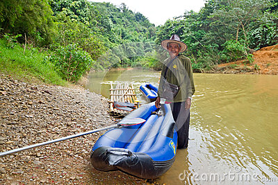 Thai man with his canoe at the river in Khao Sok Editorial Stock Image