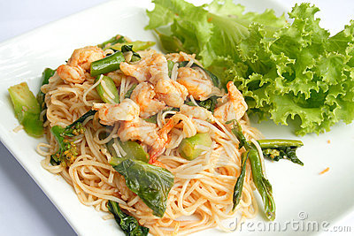 Thai stir-fried noodles with shrimp and kale