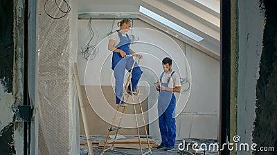 Thans bouwvakkers, timmerlieden, kijkend naar de nieuwe woningbouwwerf van de woonafdeling stock video