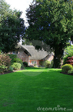 Free Thatched Cottage Garden Stock Image - 9137411