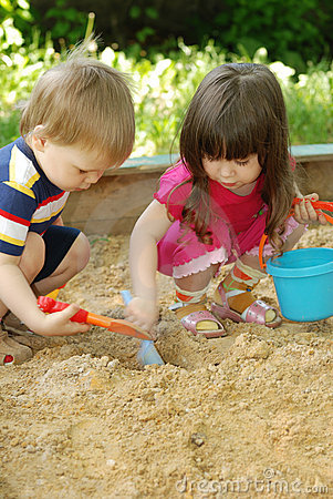 Free The Boy And Girl Playing To A Sandbox Stock Photography - 11607952