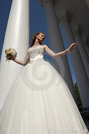 Free The Bride With A Bouquet At Columns. Stock Photography - 20919932
