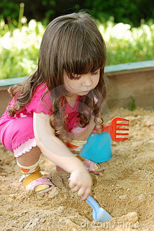 Free The Girl Playing To A Sandbox Stock Photos - 6082573