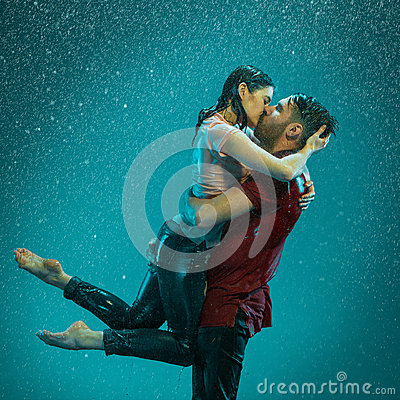 Free The Loving Couple In The Rain Royalty Free Stock Image - 69183466