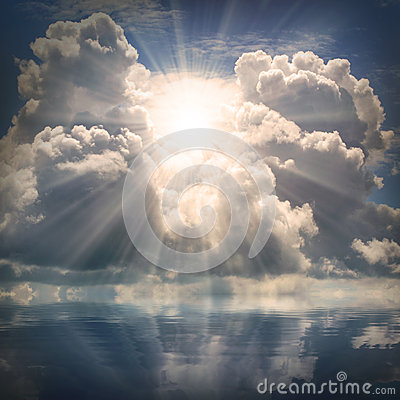 Free The Sun On Dramatic Sky Over Sea. Stock Photos - 33306243