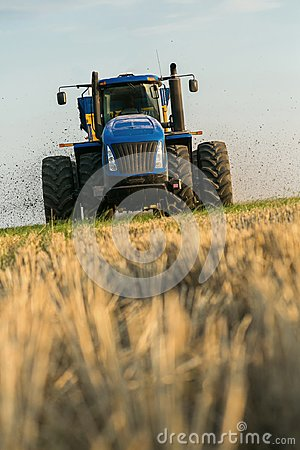 Free The Tractor Fertilizes The Field With Manure. A Large Trailer. Sowing. Agroindustry.Pole Before Sowing. Against The Sky Stock Images - 111646574