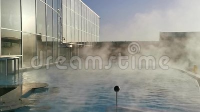 Thermische pool openlucht - heel wat stoom over watersurface stock footage