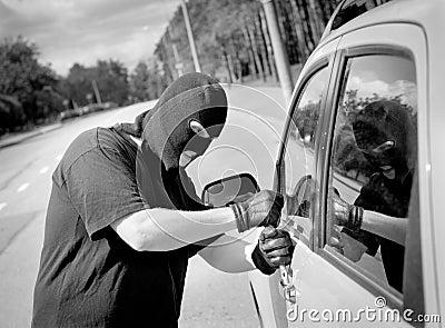 Thief breaks into a car door