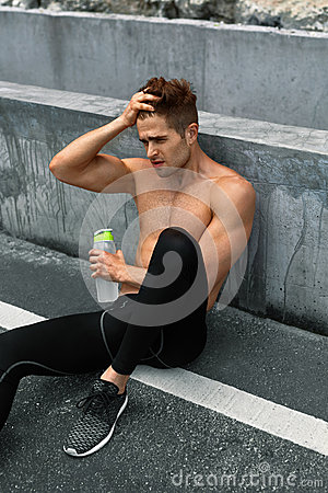 Free Thirsty Hot Man With Water Resting After Running Workout. Sports Stock Photo - 71673980